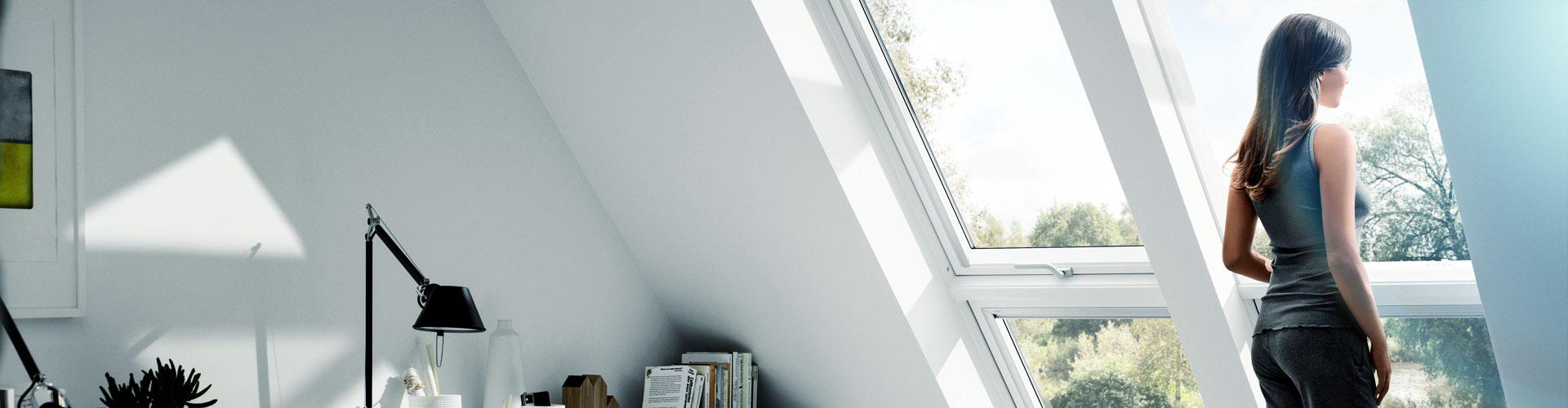 Frau schaut aus Dachliegefenster - windooro.de